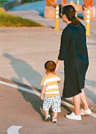 衛福部預告修法放寬規定,保障家有幼兒的保母工作權,保母整體年齡有機會降低。 圖╱...