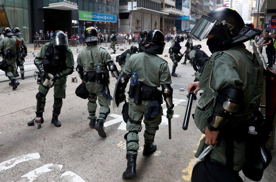 香港警方今天呼籲大專院校管理層不要容忍校園成為暴徒的「兵工廠」,並表明如有必要,警方一定會進入校園執法。 路透社