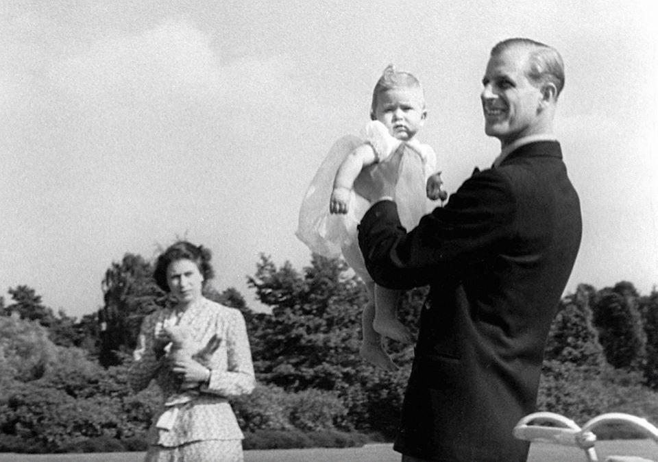英國王室的臉書粉絲頁公布一張查爾斯王子幼時被父親菲立普親王舉高高的黑白照片,祝福...