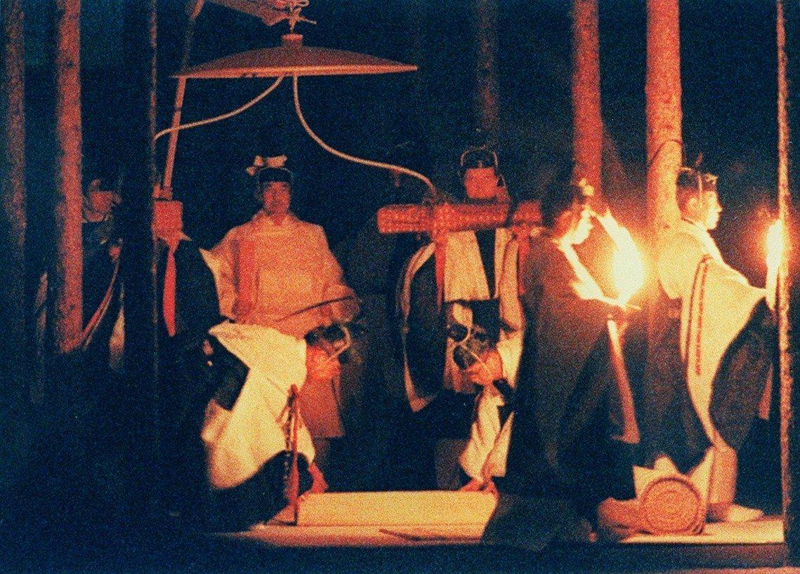 圖為1990年11月22日準備舉行大嘗祭的明仁天皇。 圖/美聯社