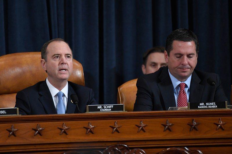 眾院13日舉行的彈劾調查公開聽證會。圖為眾院情報委員會主席謝安達(左)和重量級共...