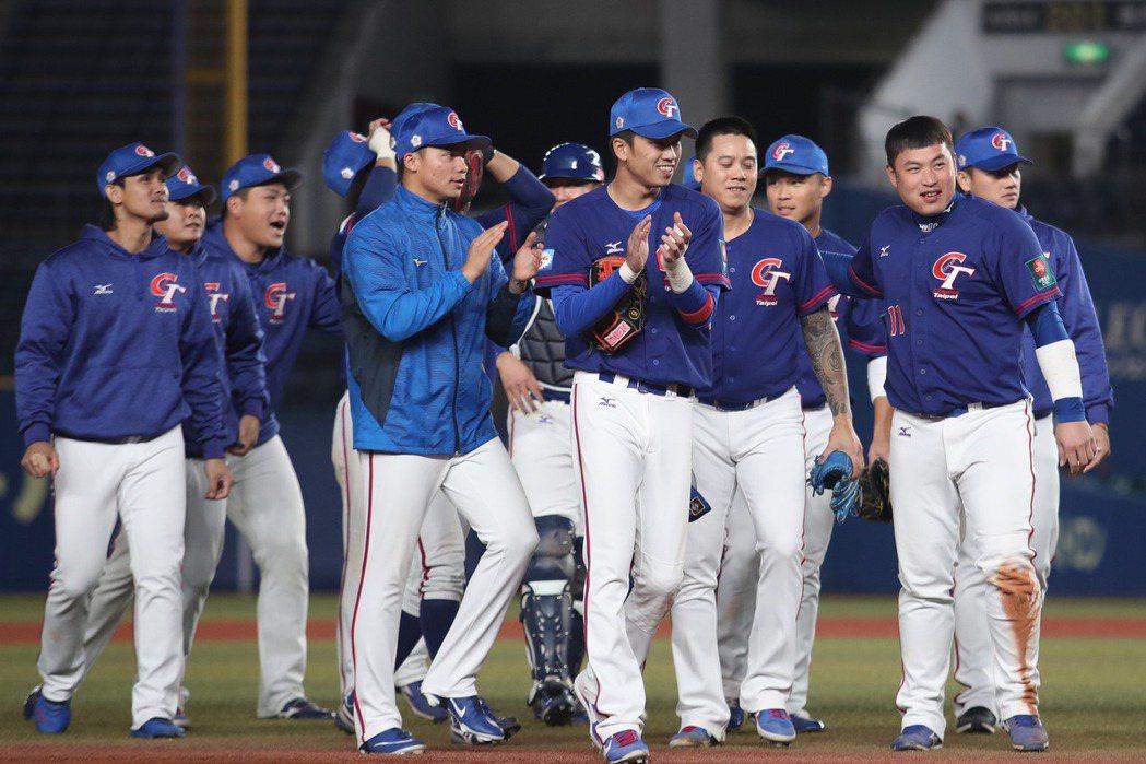 加上出場費及中華棒球協會理事長辜仲諒的加碼,中華隊選手每人約可領到台幣55萬元。