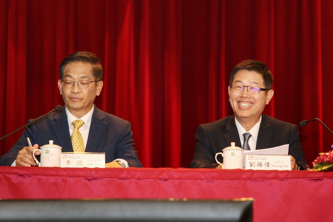 鴻海董事長劉揚偉(右)與副董事長李傑出席法說會。攝影唐紹航
