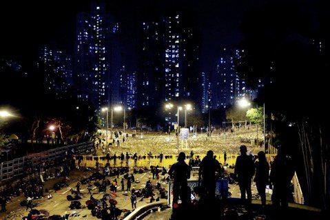 香港13日深夜,天水圍一名15歲學生頭部中彈,被指遭催淚彈擊中,顱骨骨折傷勢嚴重...