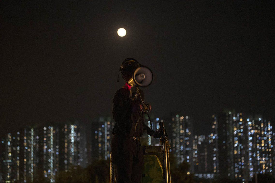 自11日香港發動「大三罷抗爭」以來,西灣河青年腹部遭港警實彈開火擊中、港警圍攻各...