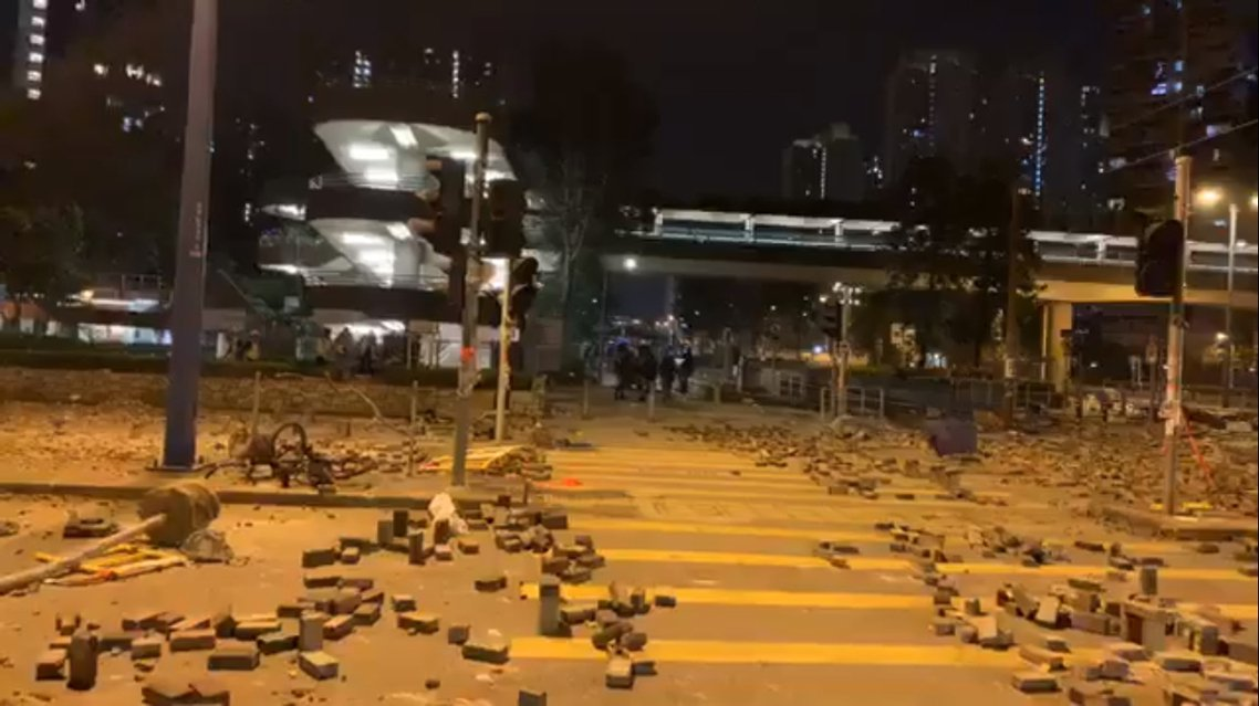 13日深夜,天水圍警署外惡戰後場面。 圖/《立場新聞》直播影片截圖