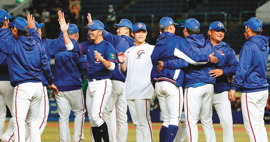 中華隊擊敗南韓隊後相互擁抱慶賀。 圖片來源/聯合報系