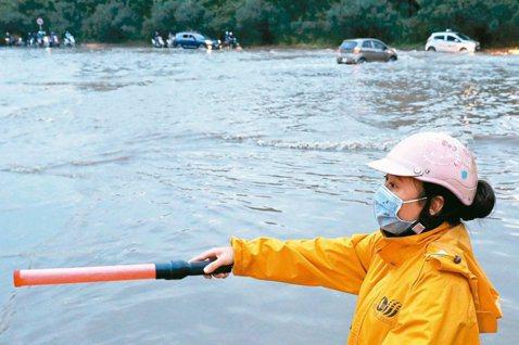 最新研究顯示,越南等亞洲國家沿海城市是海平面上升導致淹水的高風險地區。圖為一名女...