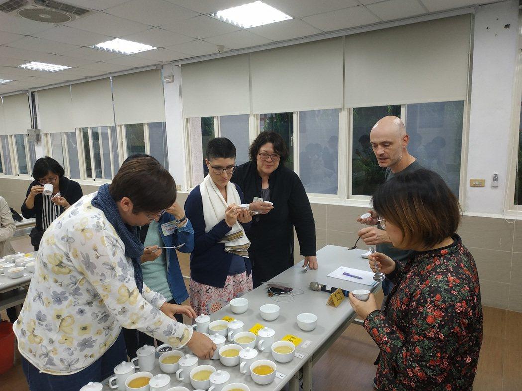 學員品嚐臺灣特色茶。 茶改場/提供。