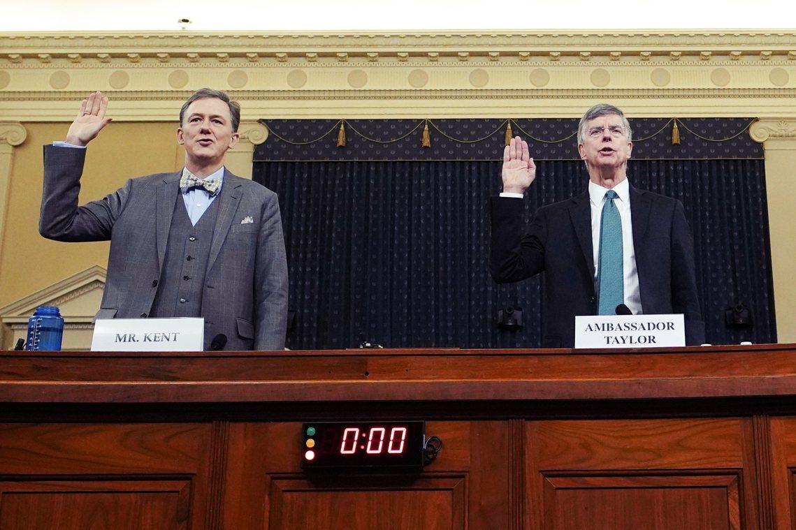 延燒至今的川普烏克蘭電話門事件,13日舉行第一場公開聽證會,2名關鍵證人外交官泰...