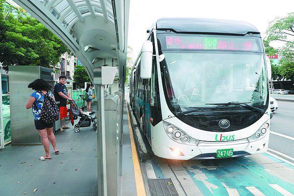 市長盧秀燕的「雙十公車吃到飽」政策,明年元月上路,搭公車10公里免費,超過免費里程最多只收10元。
