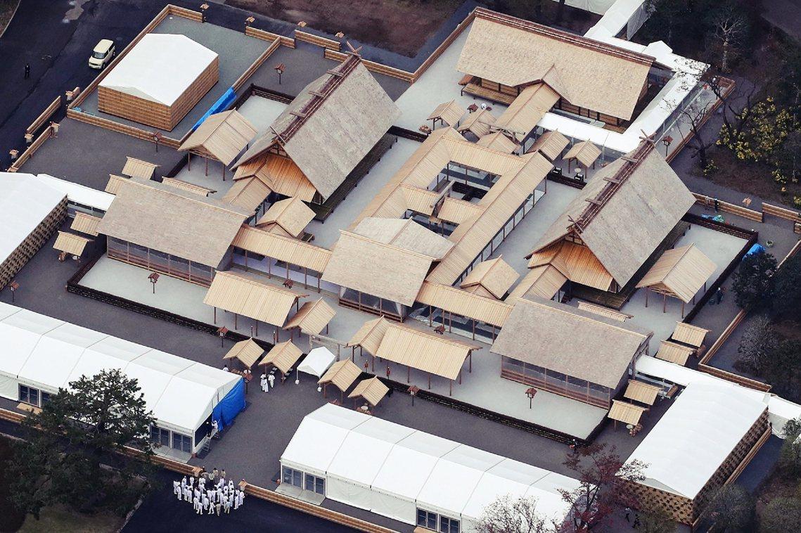 祭祀用的場所大嘗宮,也要提前數個月在東京皇居的東御苑中搭建,包含悠紀殿、主基殿在...