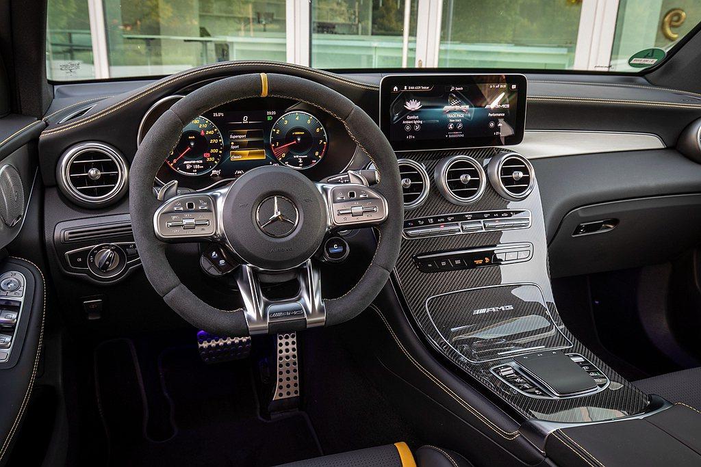 賓士GLC家族之AMG車型標準配合12.3吋寬螢幕數位儀表板與10.25吋觸控中...