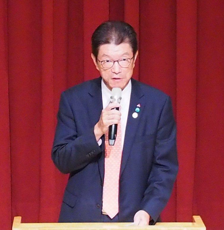 台灣三菱電機董事長花岡尚夫說明三菱電機最新數值控制器與機械手臂運用實例。 台灣三...