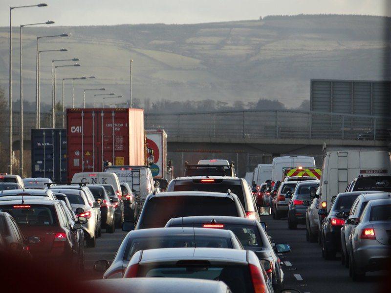 汽車排放的污染產生的物質,對於腦部恐會帶來傷害。(Photo by lorenz...