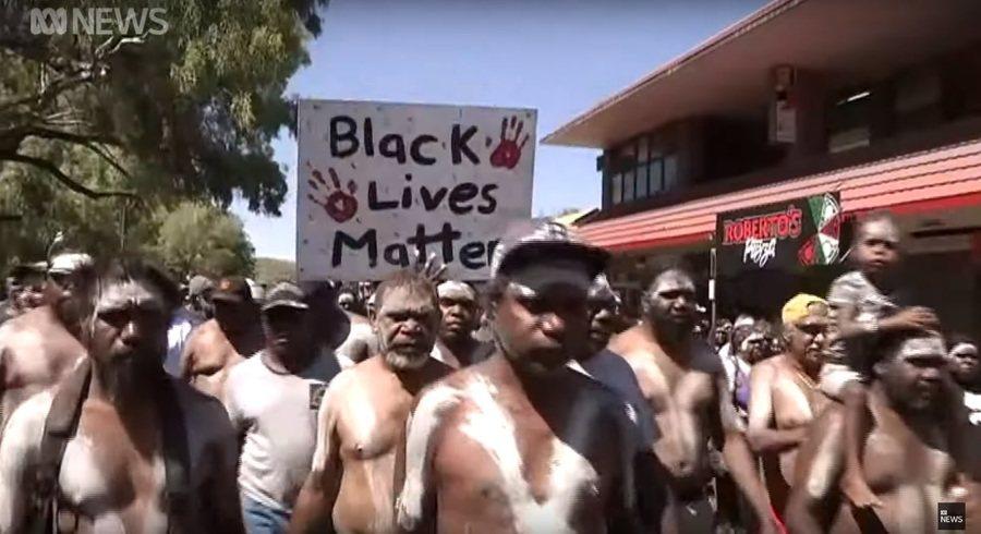 澳洲北領地的小鎮延杜穆,一位瓦爾皮瑞族的青年遭警察槍擊,激起上千民眾上街頭抗議。...