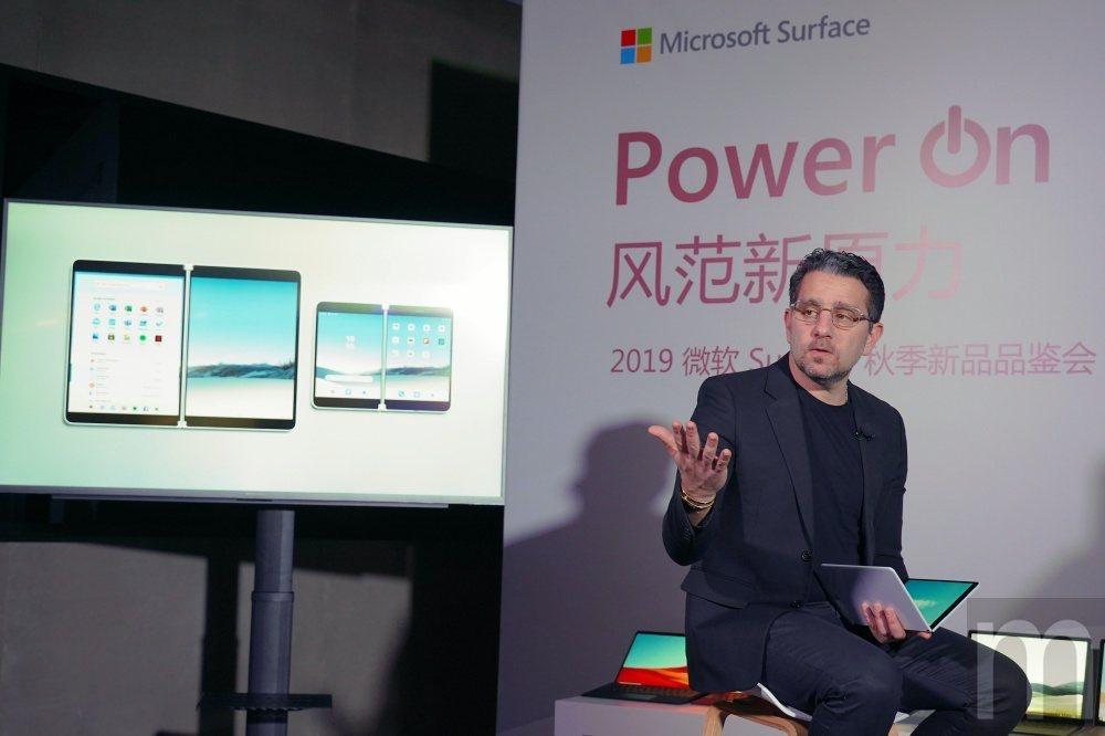Panos Panay說明雙螢幕帶動的多工使用體驗
