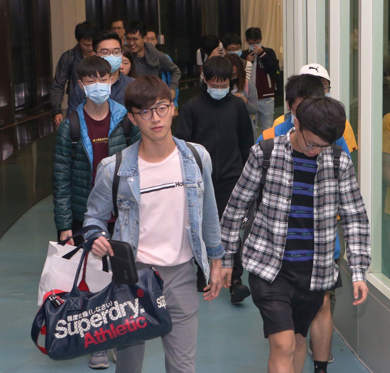 香港反送中活動延伸進入校園後,最大一批旅港台籍學生70多人,由陸委會專案安排,加...