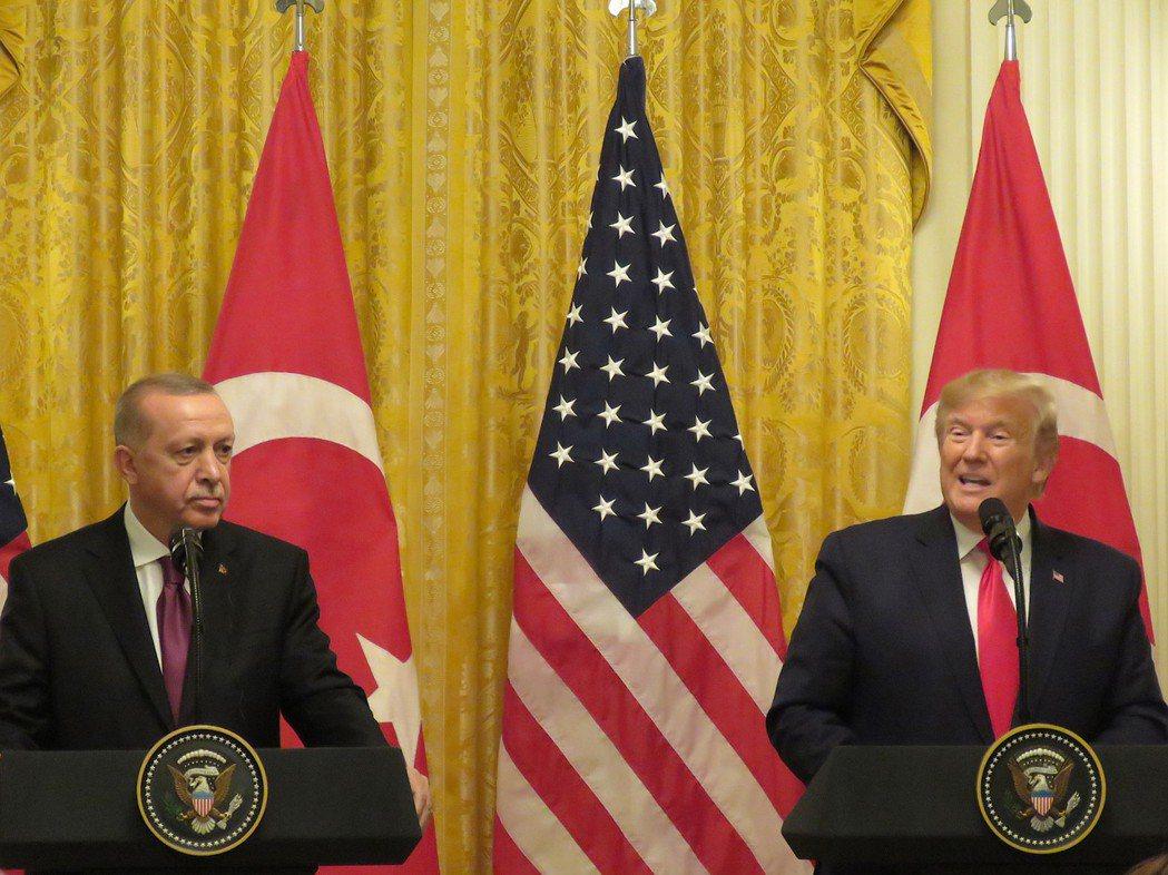 美國總統川普(右)與土耳其總統厄多安13日在白宮舉行聯合記者會。華盛頓記者張加/...