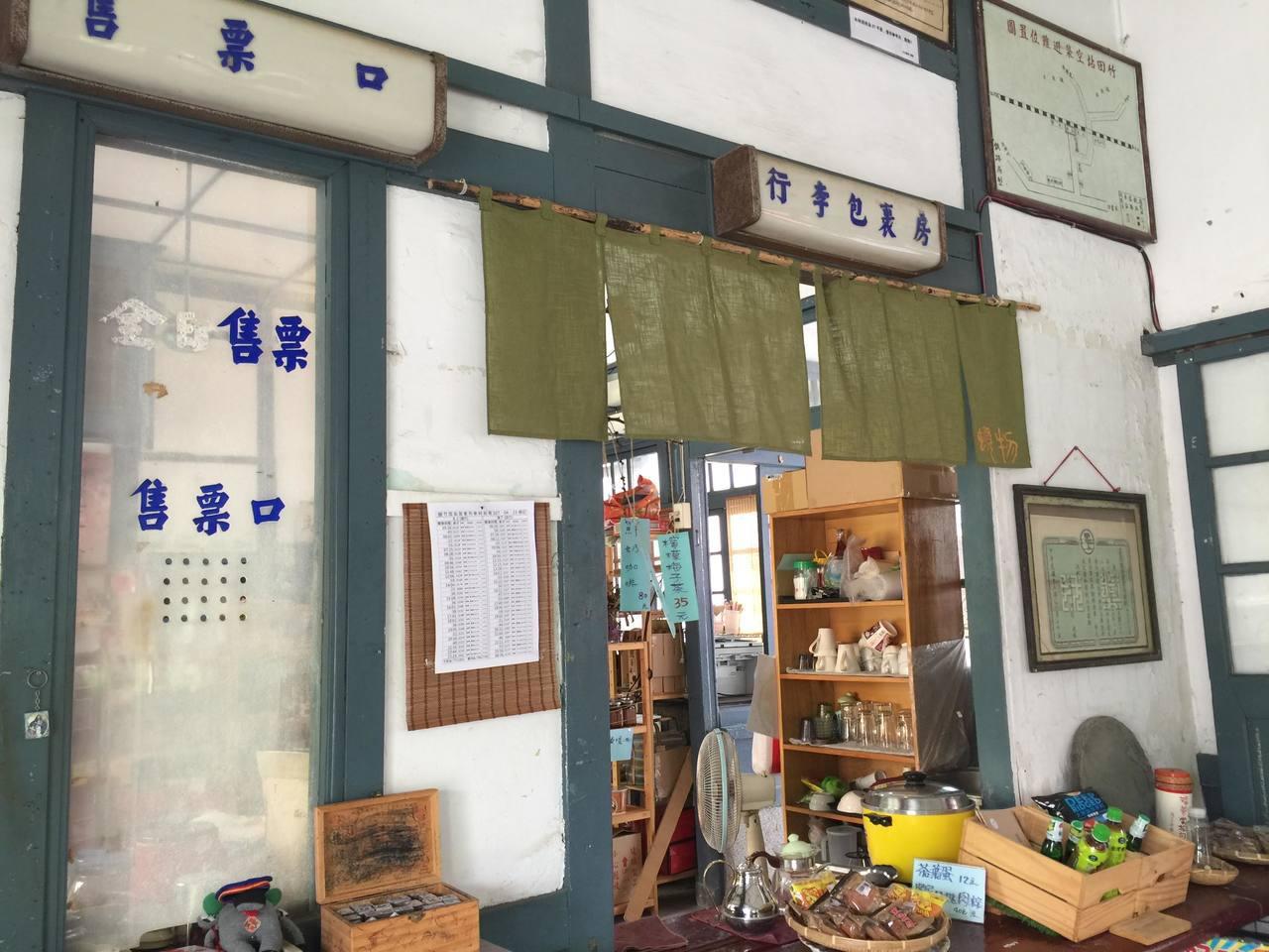 屏東縣竹田火車站今年建站100年,車站內的售票窗口及行李房仍保留完整。圖/本報資...