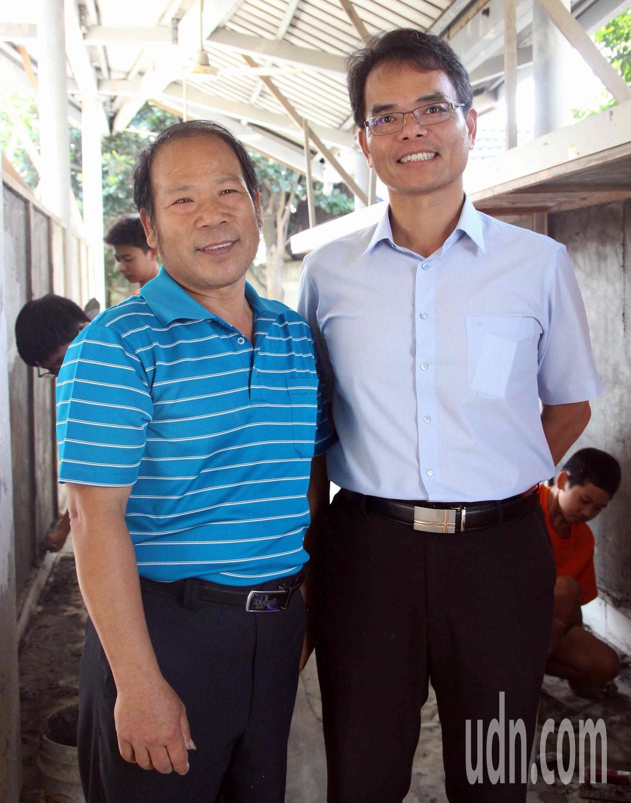 61歲師傅謝東閔(左)帶學生實作泥作,傳授正確的工地文化。記者林敬家/攝影