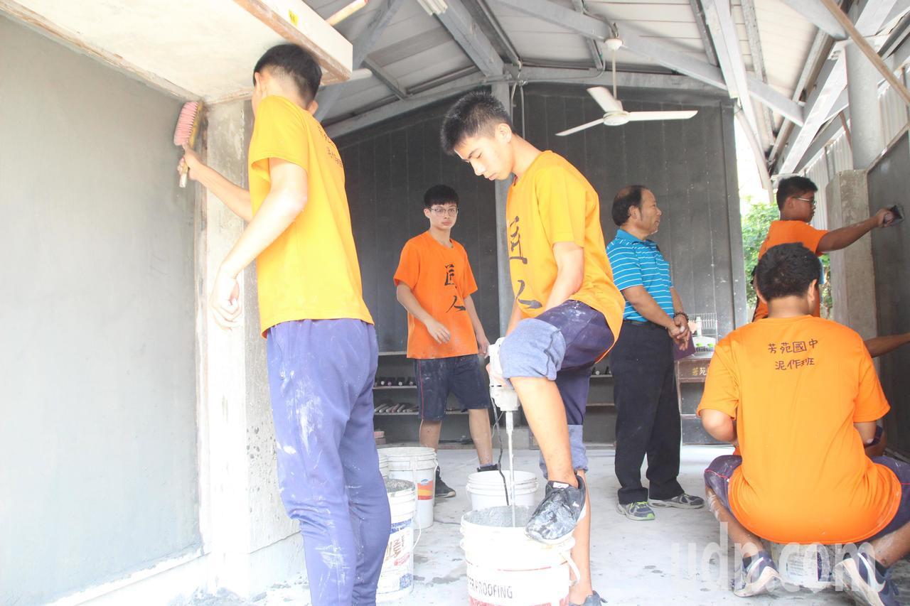 芳苑國中泥作班現在有14名學生受訓,勤練基本供,學習一技之長。記者林敬家/攝影