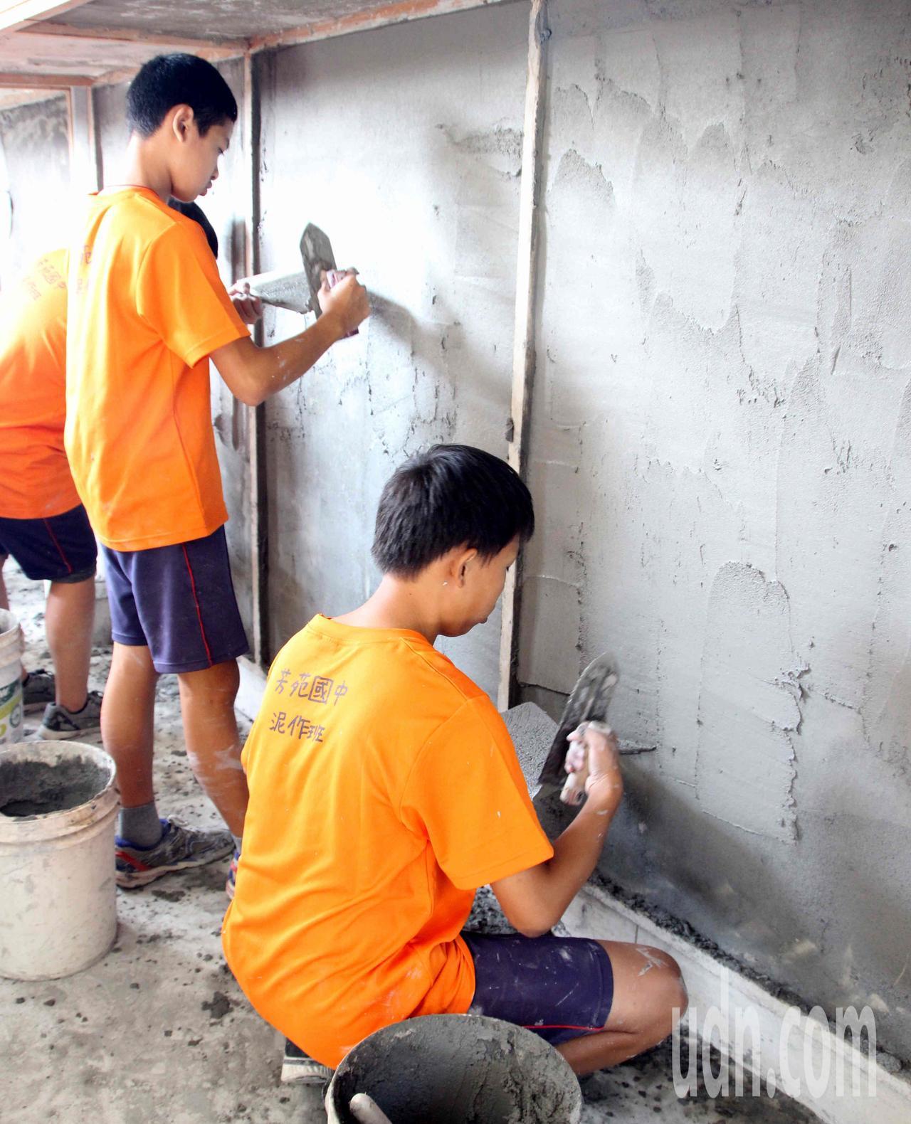 芳苑國中開辦泥作班,學生練抹牆基本功,學習一技之長。記者林敬家/攝影