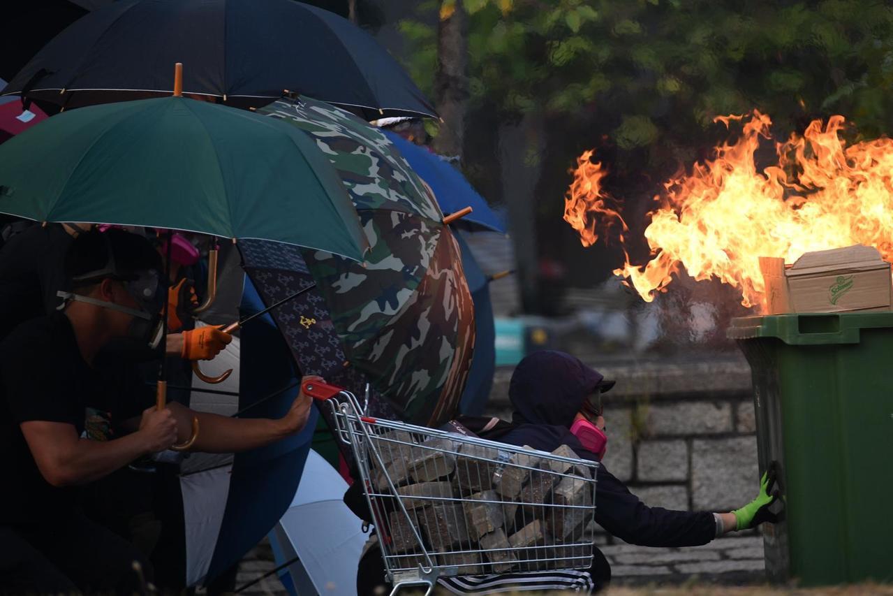 央視熱評提出警告,香港繼續這麼亂下去,留給香港社會自我修正的時間恐將所剩無幾。圖...
