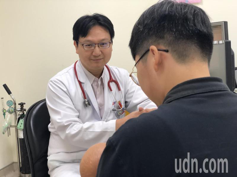 光田綜合醫院兒科醫師黃中明,日前在門診,意外發現因皮膚疹就醫的一歲半男童罹患腎病症候群。記者游振昇/攝影
