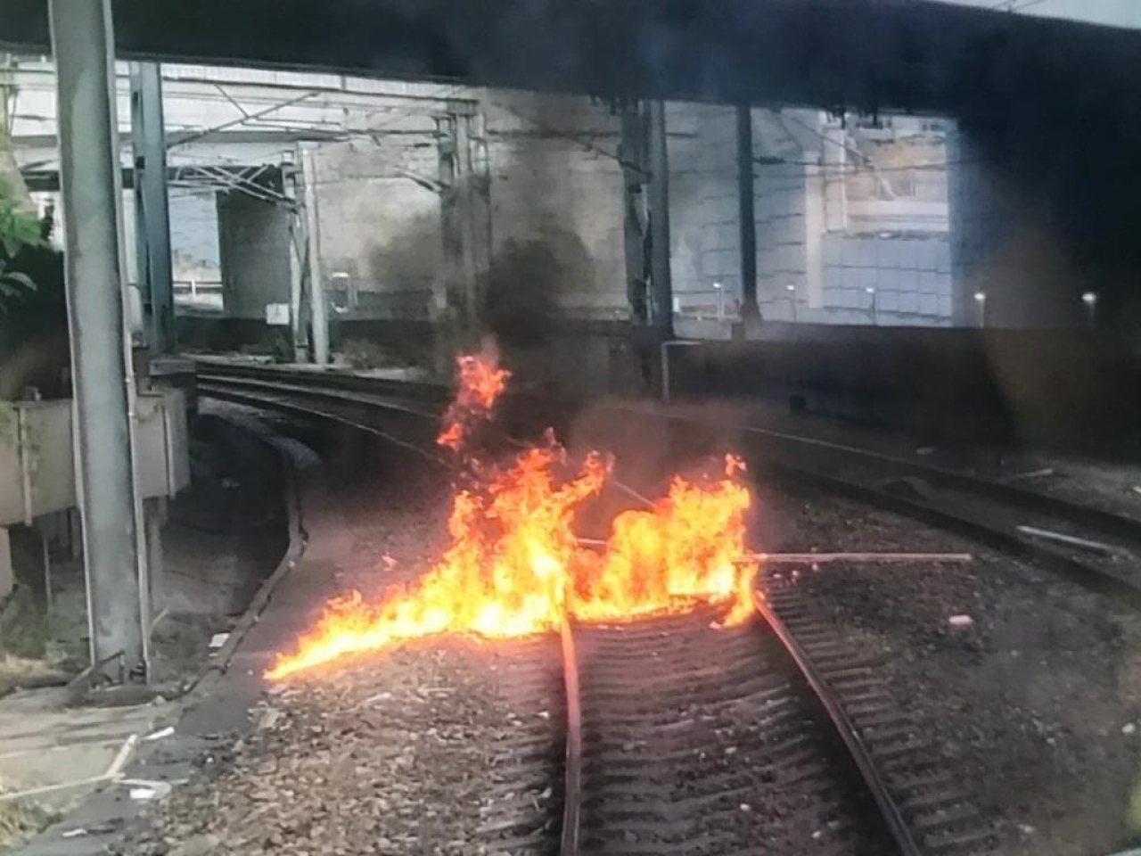 紅磡站今早兩度被人投擲燃燒物。圖:港鐵