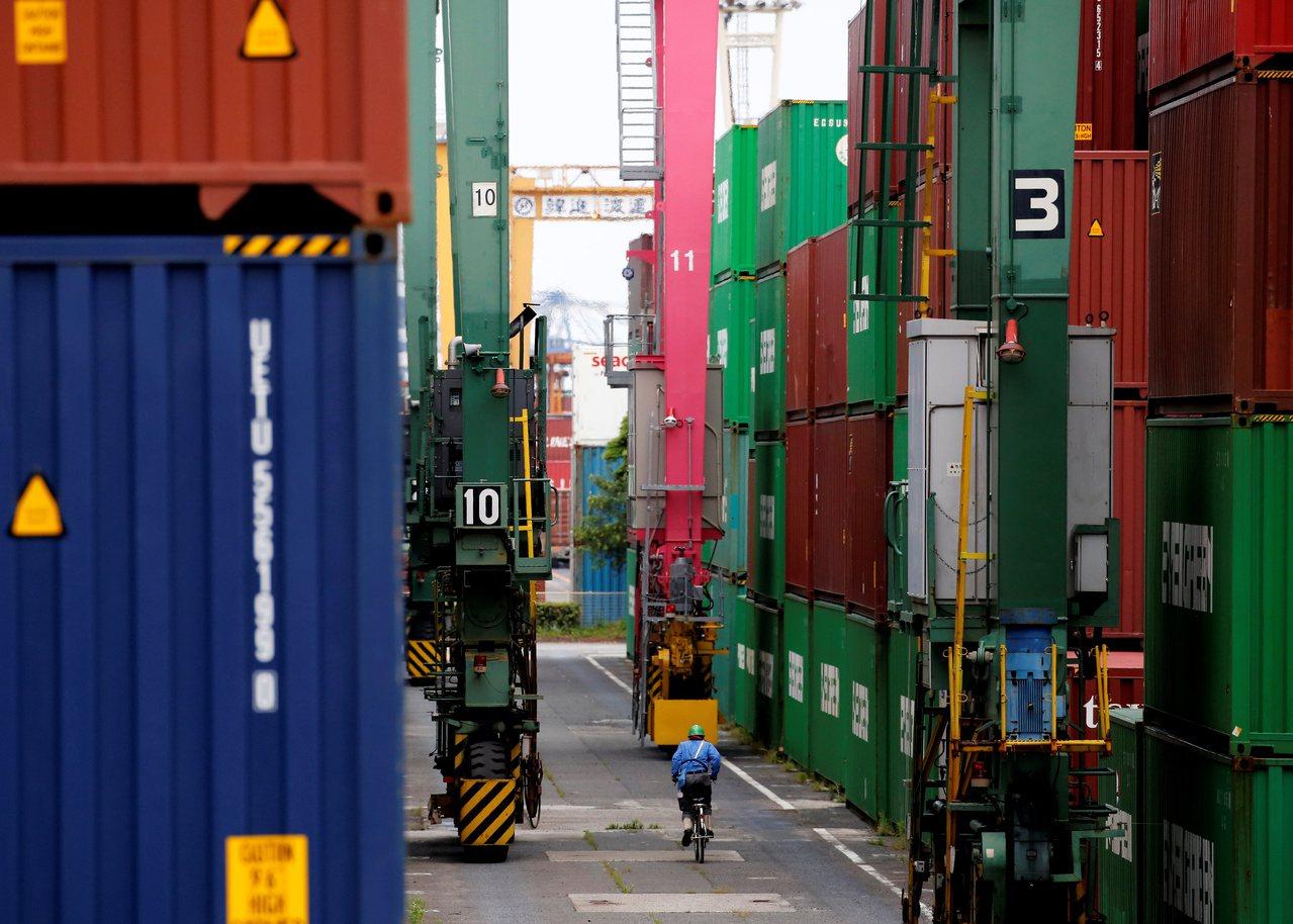 日本東京一處工業港口貨櫃區。 路透