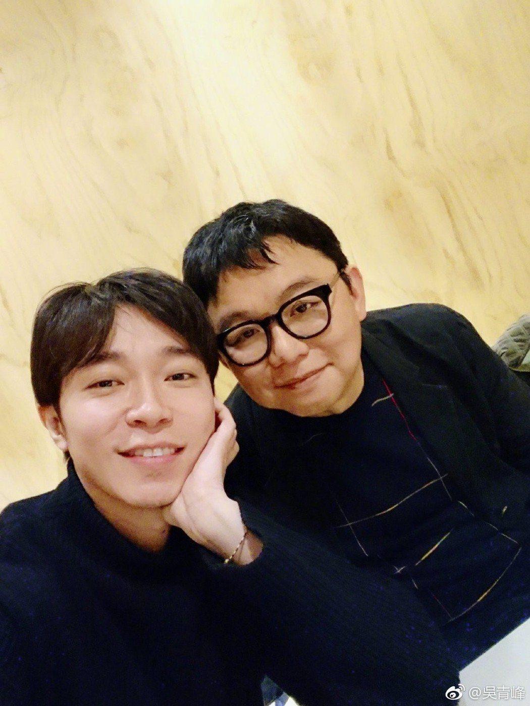 吳青峰(左)跟林暐哲合作17年,曾指彼此關係情同父子。圖/摘自微博