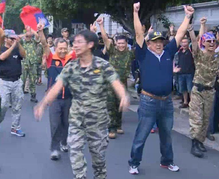 2013年在國軍遭受洪仲丘案抨擊下,吳斯懷(右二舉手者)參與民間支持國軍活動,到...
