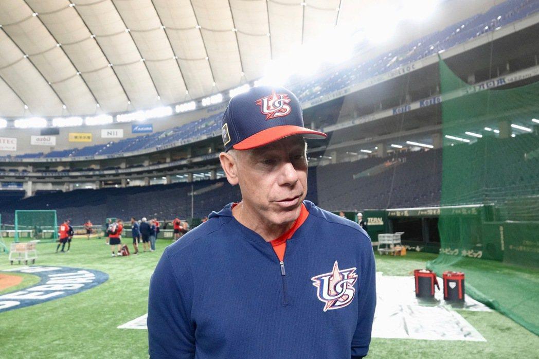 世界12強棒球賽,美國隊在東京巨蛋練球,總教練布羅西亞斯(Scott Brosi...