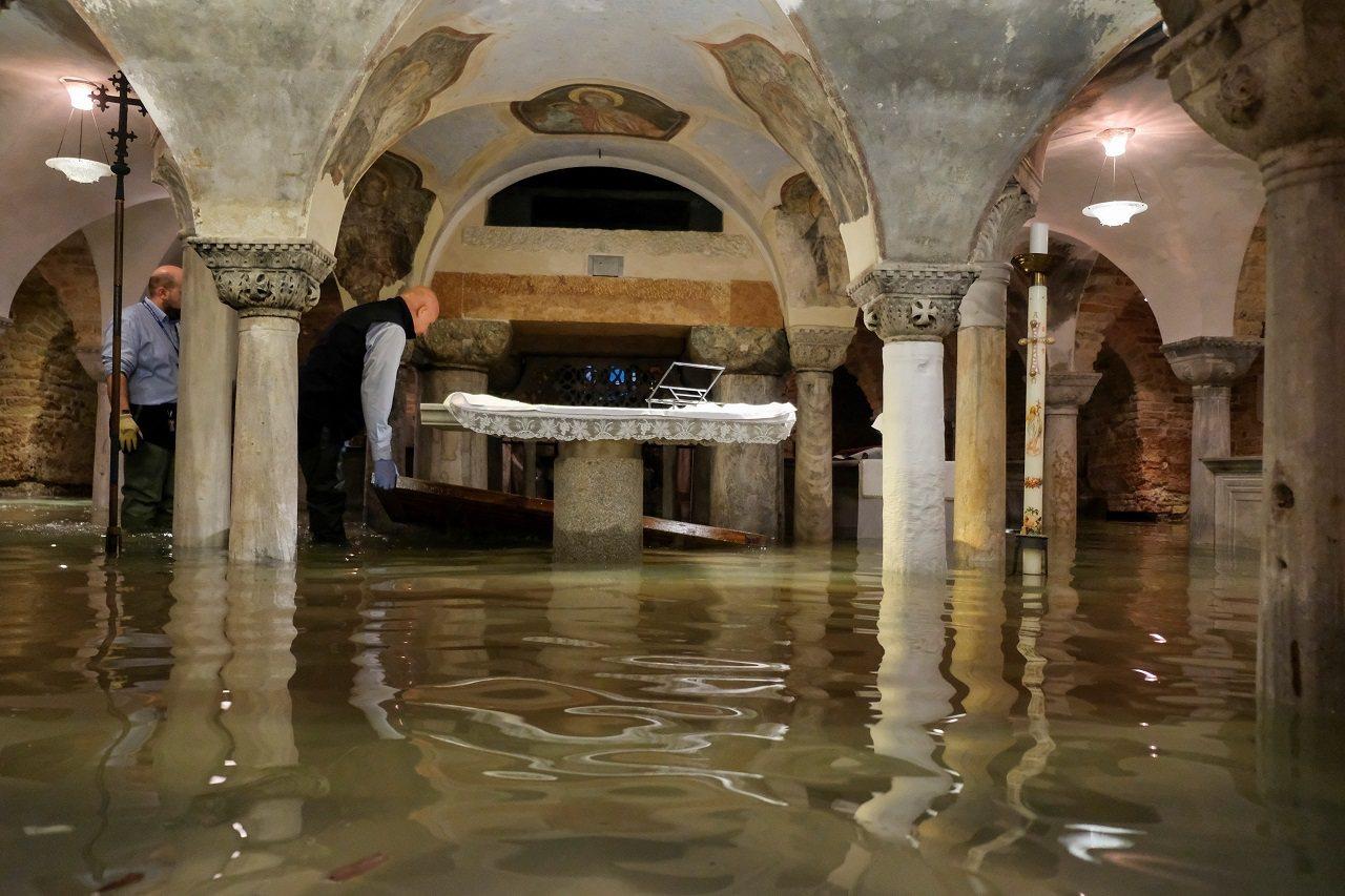 義大利威尼斯12日晚間遭遇暴雨,又剛好撞上當地異常潮汐「Acqua Alta」,...