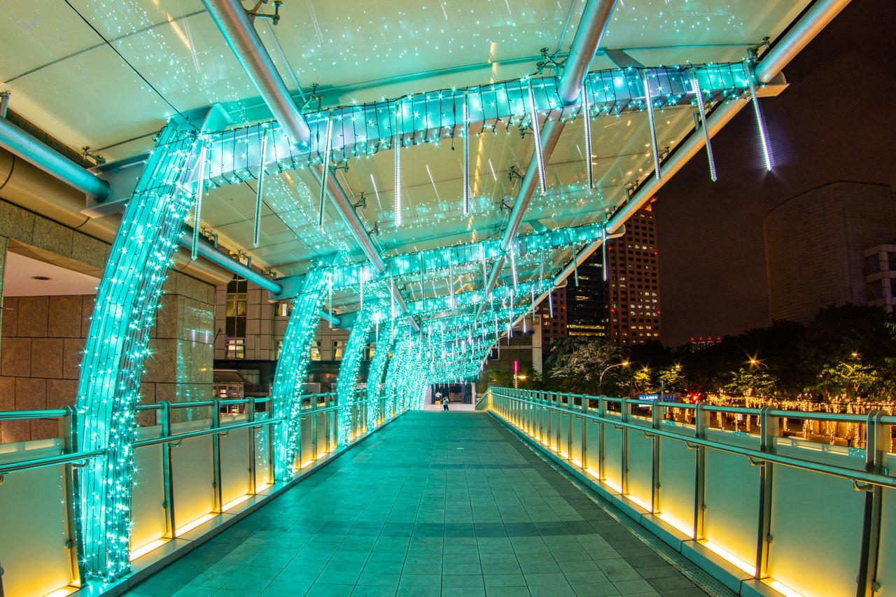 冰柱光廊-中山路天橋新北市政府提供