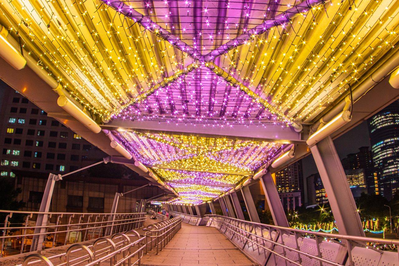 紫金光廊-板橋車站天橋新北市政府提供