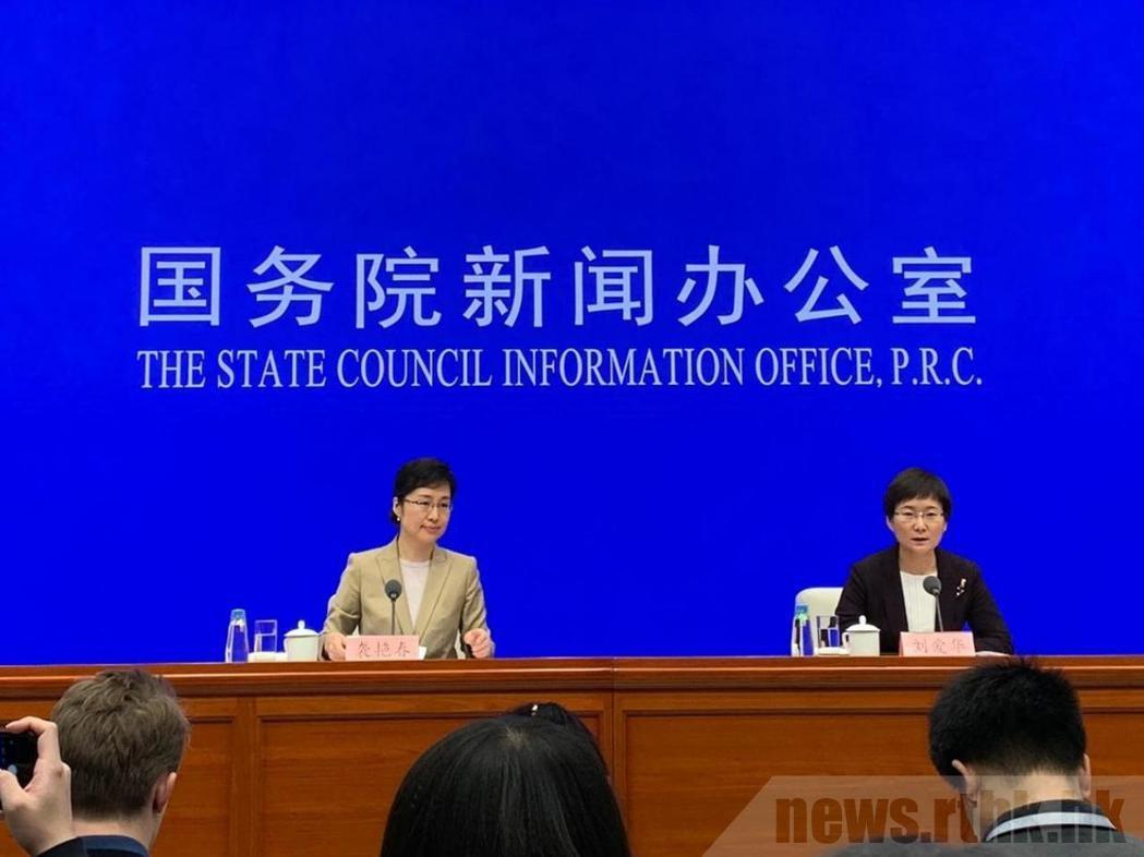 劉愛華(右)表示,大陸經濟運行面臨的風險挑戰仍然較多,不可低估。圖:取自香港電台...