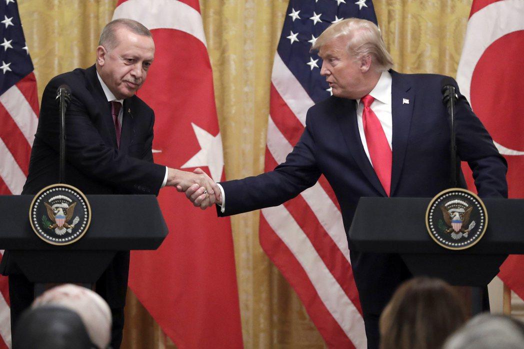 美國總統川普(右)13日稱,土耳其總統厄多安(左)「與庫德族關係很好」。美聯社