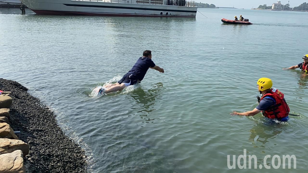 國民黨台南市第一選區立委參選人蔡育輝今天上午兌現跳海承諾。記者鄭維真/攝影