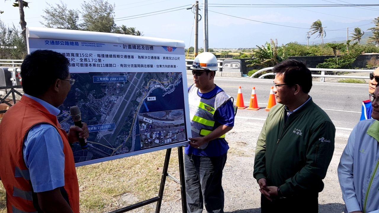 交通部長林佳龍(右)對於台東省道台11線拓寬計畫,他表示交通部規劃推動建立「太平...