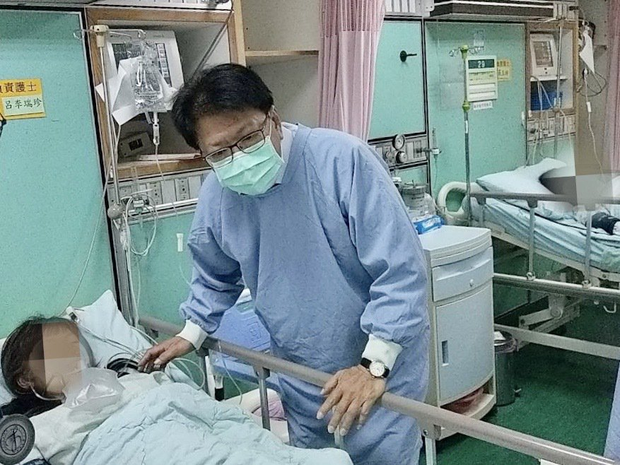 屏東縣長潘孟安探視2名受傷女童。記者江國豪/攝影