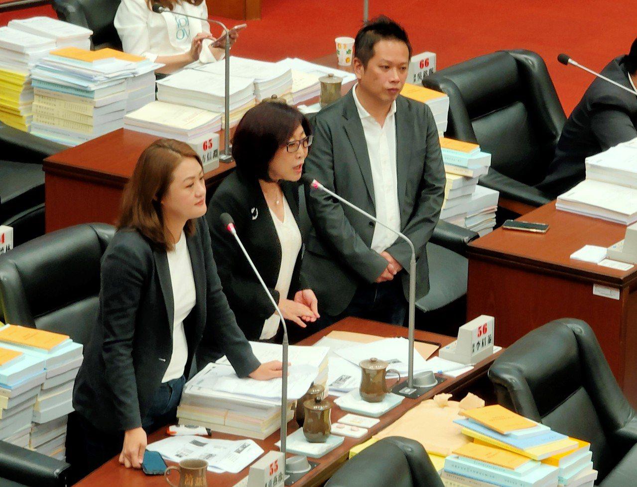 民進黨高雄市議員高閔琳、康裕成、何權峰等人上午在市議會持續針對高雄市長韓國瑜「蓋...