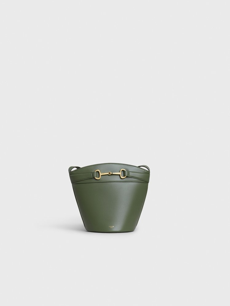 Bucket Crécy 綠色天然小牛皮馬銜扣水桶包,售價62,000元。圖/C...