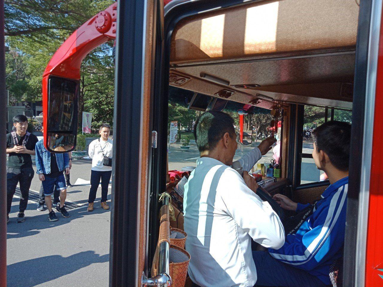 中原學生坐上遊覽車駕駛座,親身體驗大車視野死角及內輪差區。圖/中原大學提供