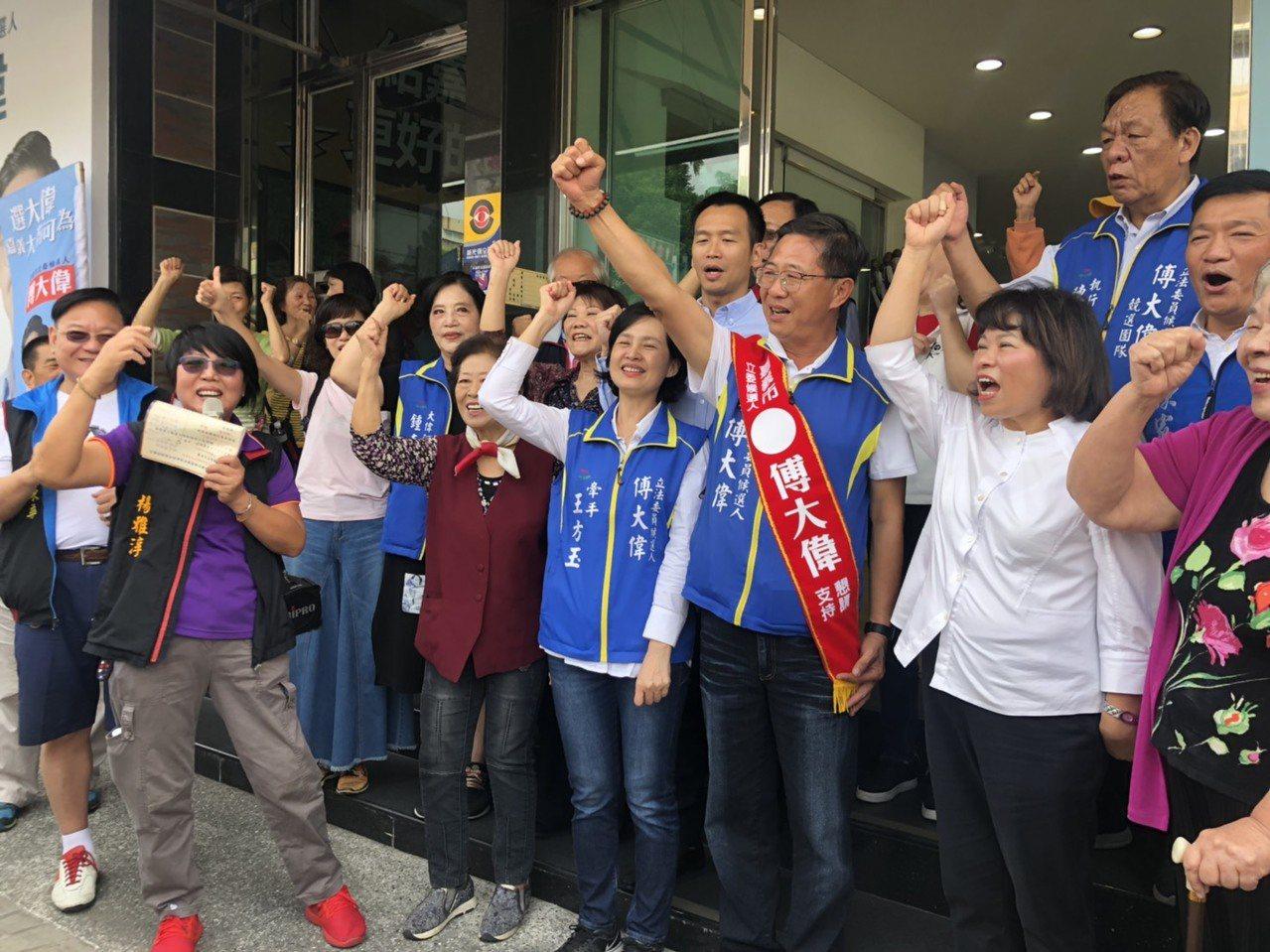 國民黨嘉義市立委參選人傅大偉辦公室成立,大批支持者高喊「凍蒜」。記者李承穎/攝影
