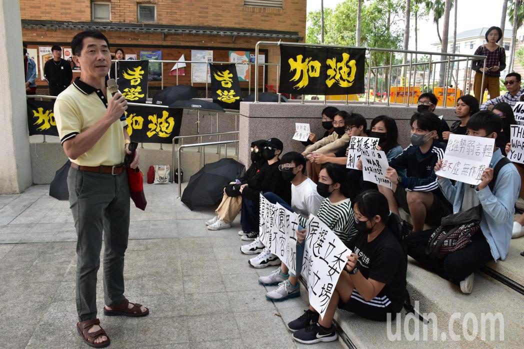 東華原住民學院副教授陳毅峰(左一)說,大學是社會的良心,是社會正義民主最後的守護...