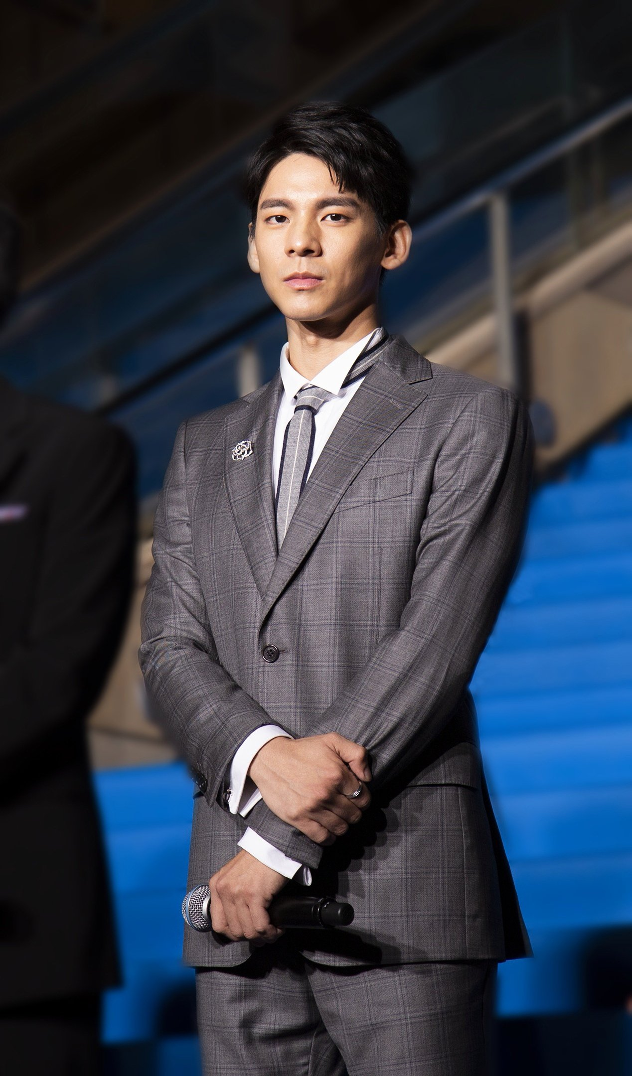林柏宏現身東京影展,格紋西裝造型搭配伯爵表Rose系列胸針,約47萬8,000元...