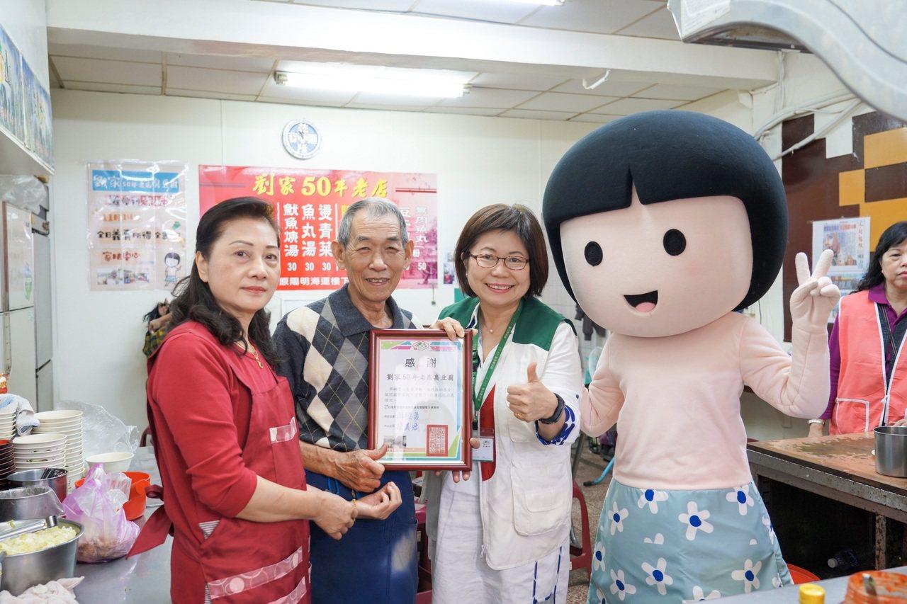 臭豆腐老闆生日送愛心12年,路人一起唱生日快樂。圖/基隆家扶中心提供