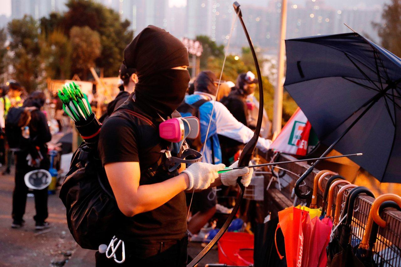 香港中文大學校區從12日開始就成為警察與抗議群眾的戰場,媒體拍到學生彎弓搭箭射警...